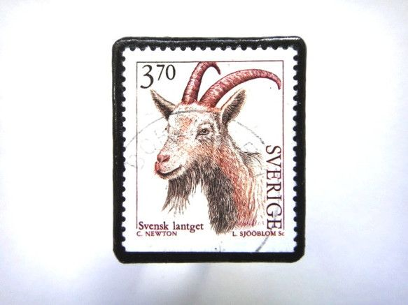 スウェーデン「やぎ」 切手ブローチ688素材:使用済み切手、革 サイズ:36✕33mm(中型)重さ:約5g切手面は、剥がれないようコーティングブローチにしてお... ハンドメイド、手作り、手仕事品の通販・販売・購入ならCreema。