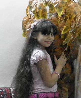 #SpeakUp4SyrianChildren  Sidra Imad Alhanun ,12 años, de Jobar en Damasco. El destino no quisó que su pelo sea más largo y robó su risa y sus sueños bellos como la bellza de su pelo. Sidra fue asesinada por los bombardeos brutales de las bandas Assadistas el 27 agosto 2012, cuando estaba yendo a jobar de Zamlaka.