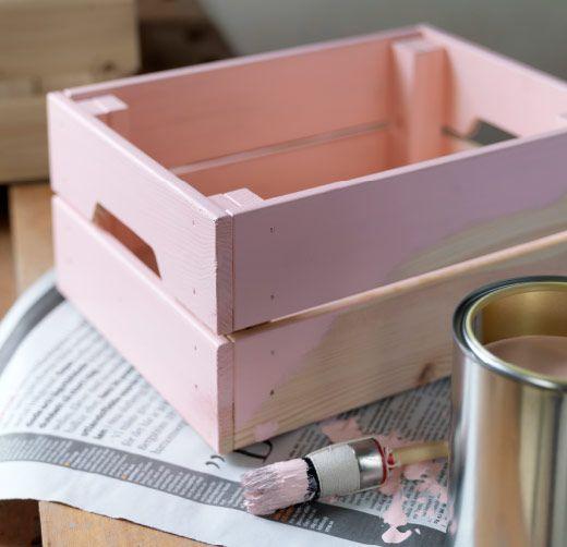 Boîte en pin massif non traité peinte en rose.