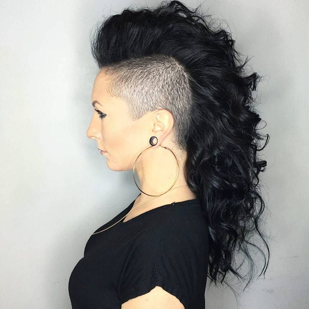 35 Stunning Curly Mohawk Hairstyles Cuteness And Boldness Check More At Http Hairstylezz Com Best Curly Long Hair Shaved Sides Long Hair Mohawk Hair Styles