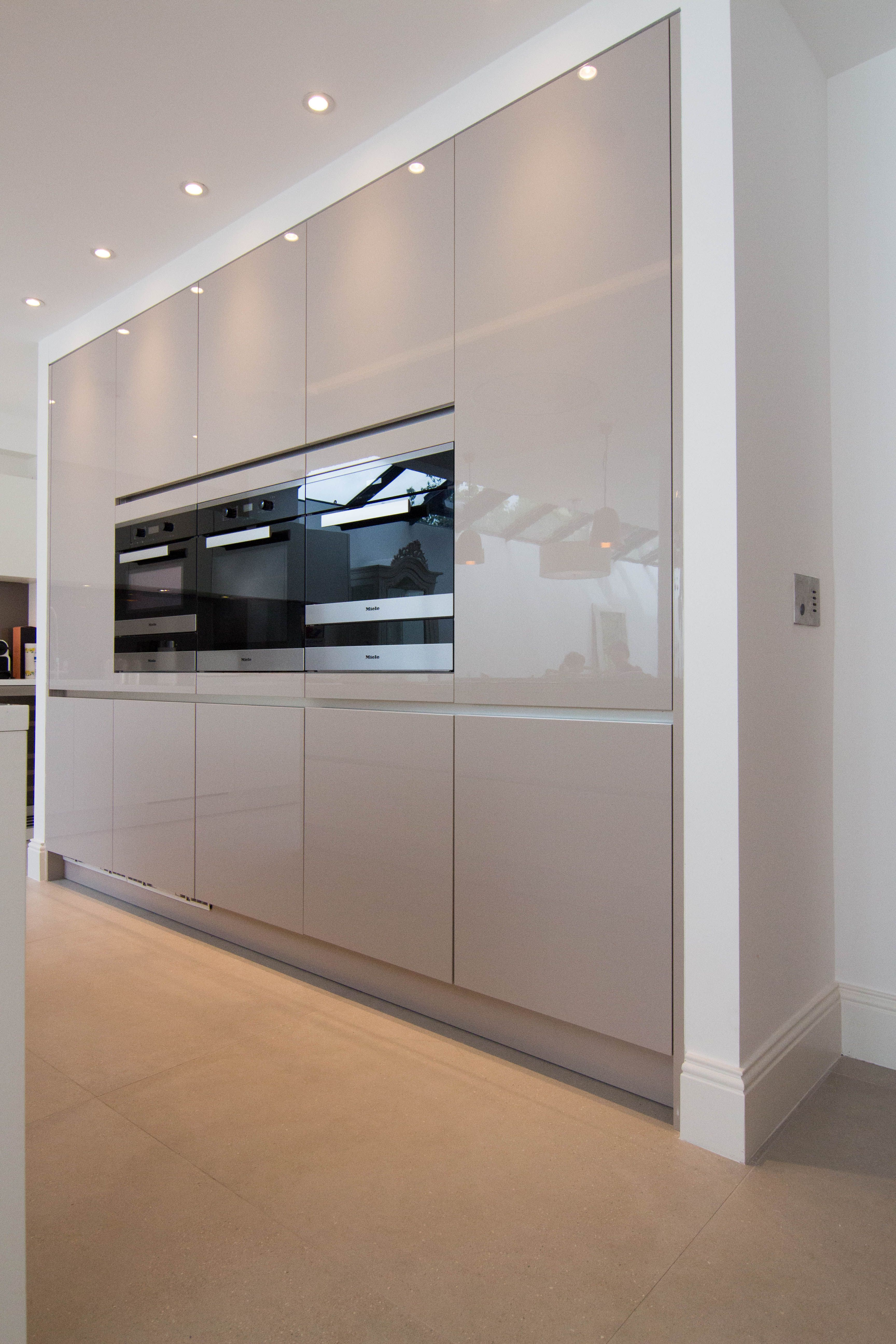 UNITS: Laser Soft - white Laser Brilliant - cashmere WORKTOP: Corian - Glacier White BREAKFAST BAR: Dekton - Aura SPLASHBACK: Glass in Mink colour APPLIANCES: Miele Email us or visit our showroom to discuss the best solution for your kitchen. We are always happy to help:)