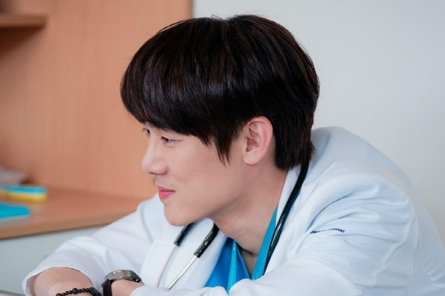 """Yoo Yeon Seok Is As Sweet And Thoughtful As Ever While Treating Patients In """"Hospital Playlist 2"""""""