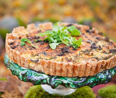 Paj är tacksam mat som gör gott i själen. Här är en välsmakande svamppaj fylld med kantareller - skogens gula guld - salt bacon och pepprig rucola. En skvätt ättiksprit gör pajskalet sprödare.