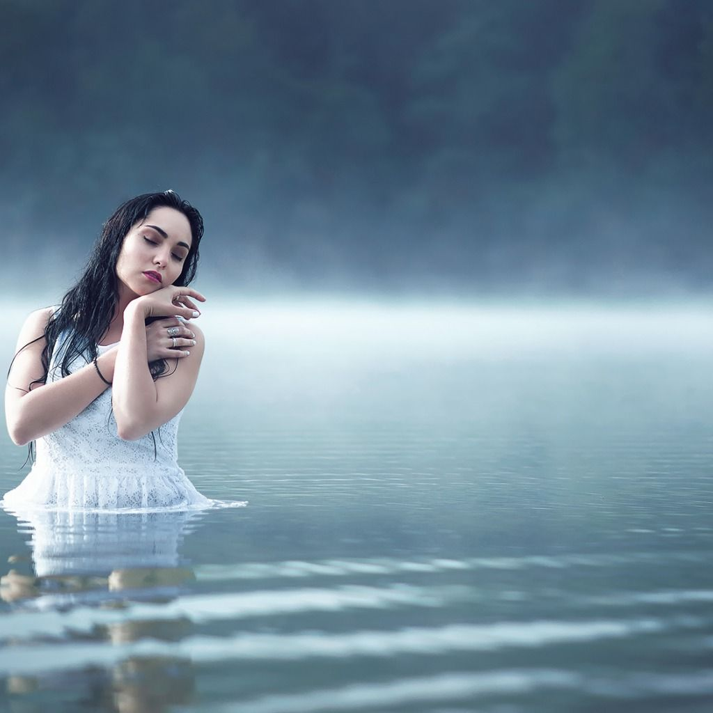 Девушка В Озере