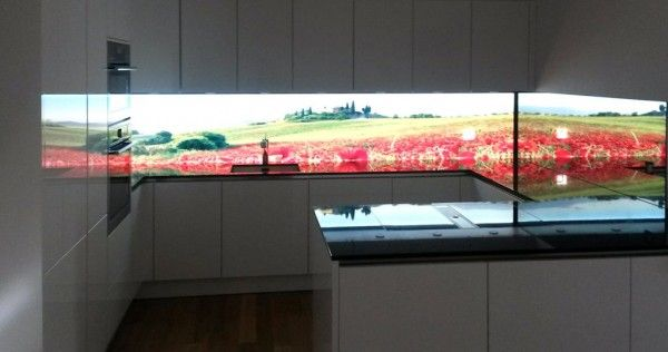 Kuchenruckwand Homogen Hinterleuchtetes Glas Mit Led Beleuchtung