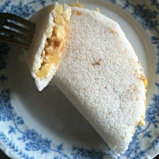 Tapioca com recheio doce: banana assada com queijo cottage, nozes e 1 fio de mel.