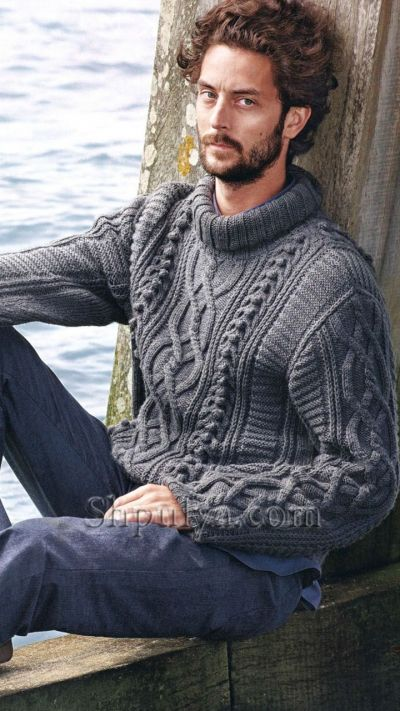 Серый свитер с рельефным узором и аранами