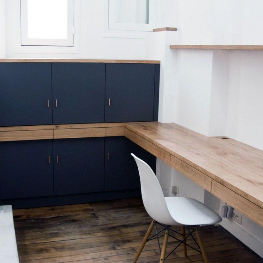 amenagement d un bureau sur mesure avec rangements plateaux et facades de tiroirs en chene