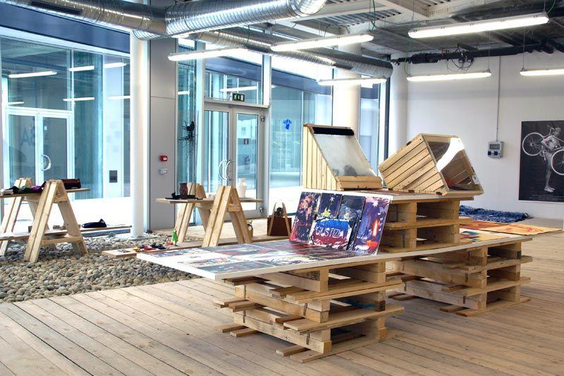 NABA Store  NABA Nuova Accademia di Belle Arti Milano Anno: 2009  NABA Store è il tentativo di costruire una realtà parallela all'università in cui studenti e docenti possono lavorare, mettersi in mostra, vendere le loro opere in un ambiente costruito ad hoc, dove le idee possono circolare e mostrarsi al pubblico.