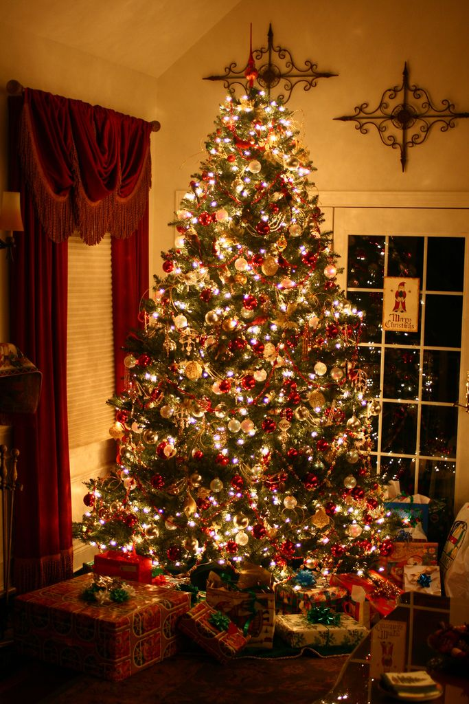 Decorate A Professional Looking Christmas Tree In Five Easy Steps