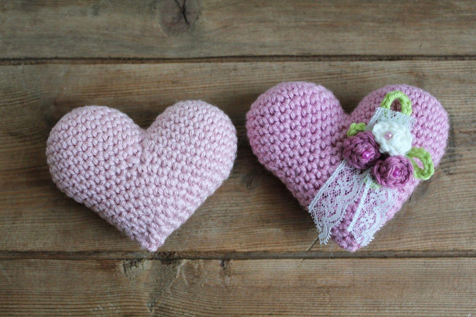 Steen i stugan: Virkade hjärtan med små rosor på