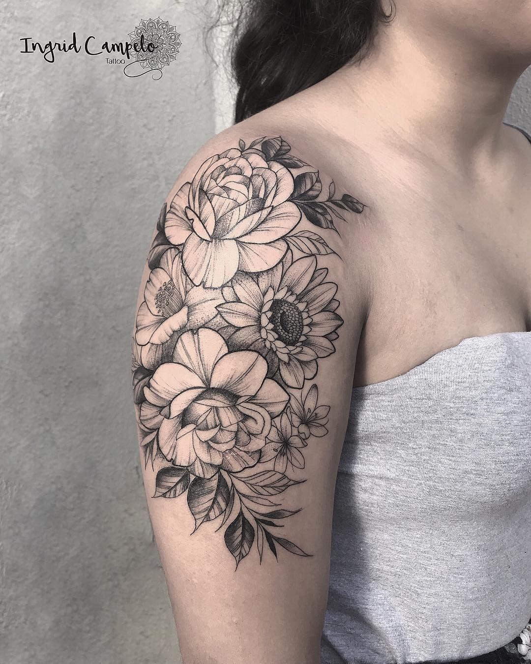 Tatuagens florais em blackwork e fineline um fenômeno