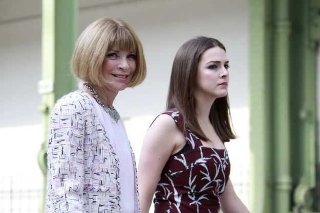 """Anna Wintour arrived to the Chanel couture show with a big grin on her face, while daughter Bee was like, """"SCOWL."""" 
