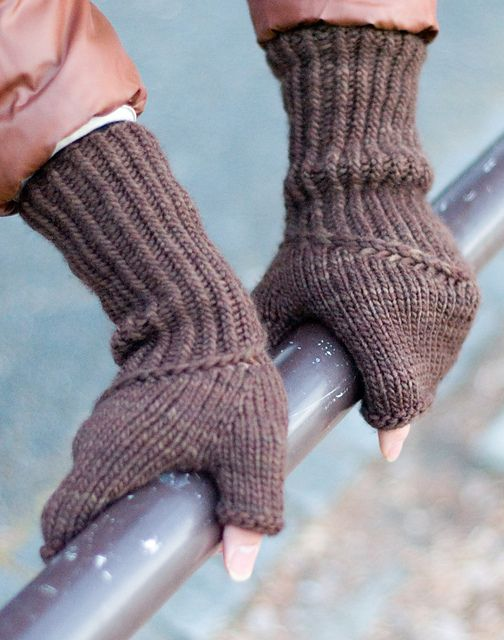 Spiral Staircase Mitts pattern by Anna Sudo | Knitting ...