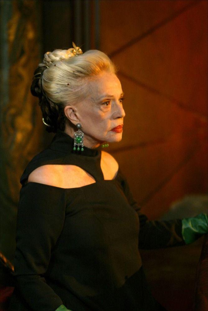 Jeanne Moreau as Mahaut d'Artois (black dress), in Les Rois Maudits (2005) - costume designer Mimi Lempicka