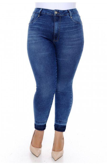 c892822f3 Calça jeans plus size skinny cropped, mais curtinha, com modelagem que se  ajusta ao