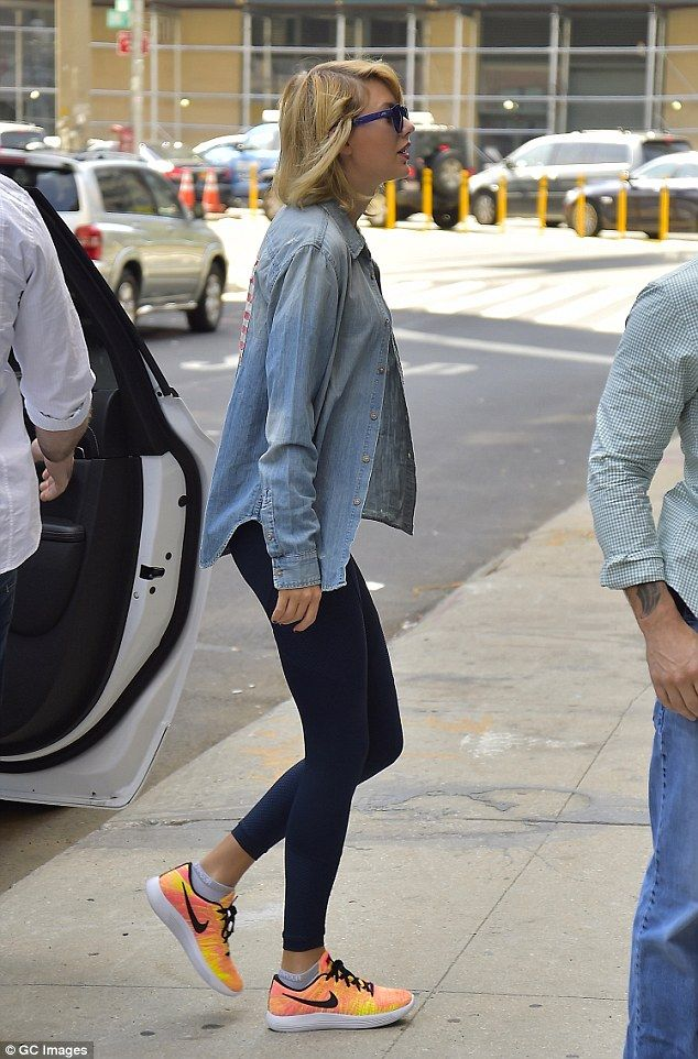 Tiranía Golpe fuerte comer  She's got style: The lean singer showed off her orange and yellow Nike  trainers | Taylor swift style, Khaki romper, Taylor swift cute