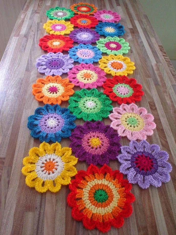 Renkli örgü sehpa örtüsü #crochetedflowers