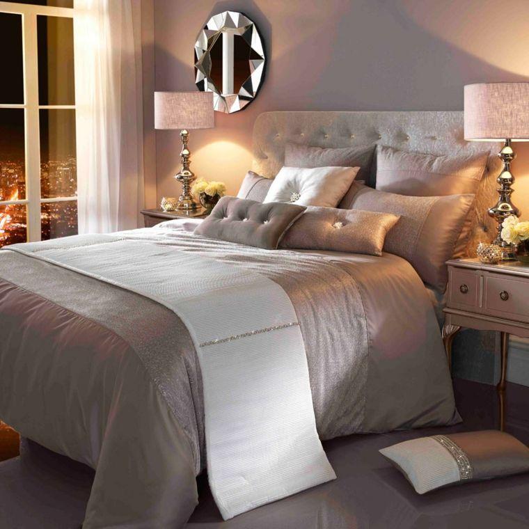 sofisticata camera da letto con copriletto. cuscini e pareti tortora ...
