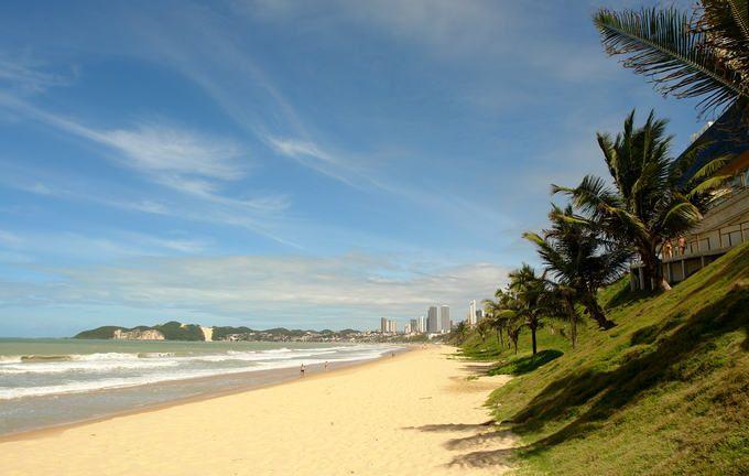 Dia de sol, mar, areia e coqueiros na praia de Ponta Negra em Natal (Rio Grande do Norte).