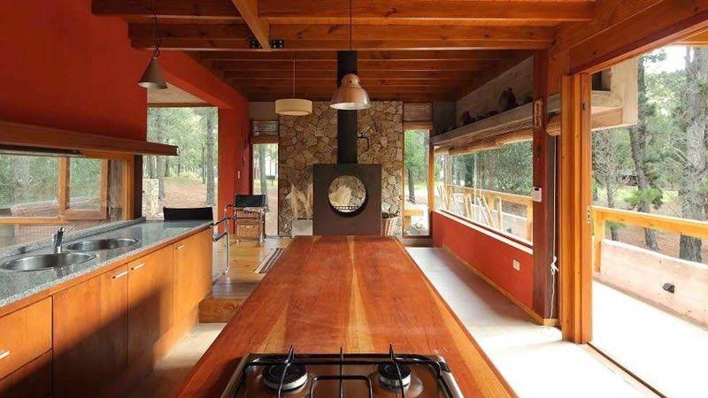 Amplia cocina de una casa prefabricada con grandes ventanas y ...