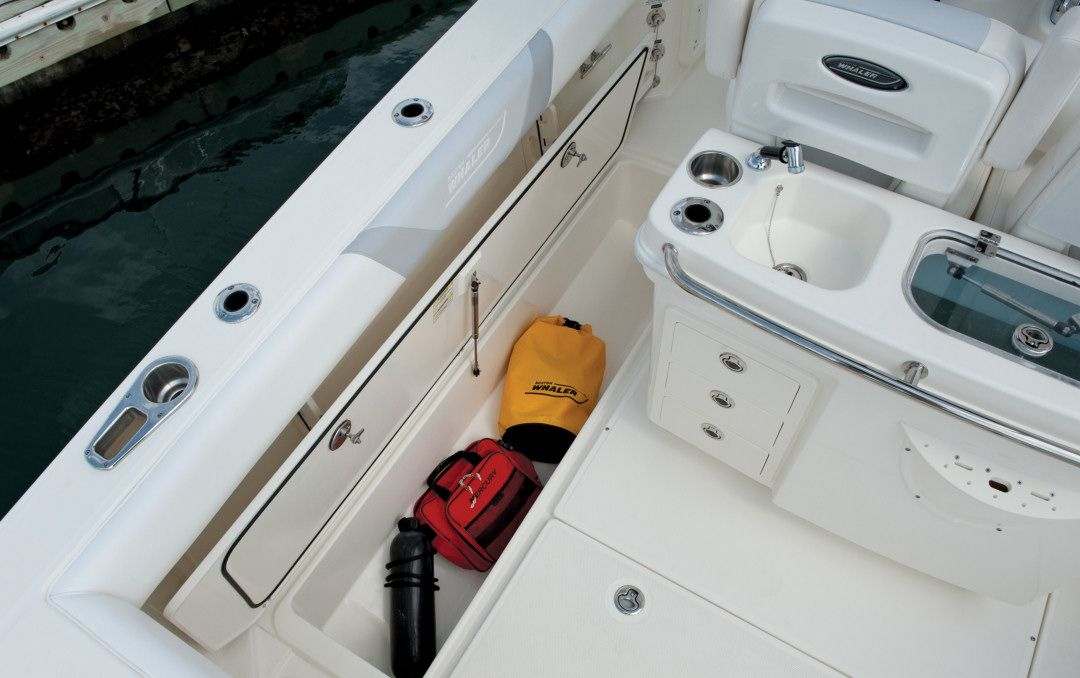Boston Whaler 280 Outrage: Abaft the helm seats is the bait prep