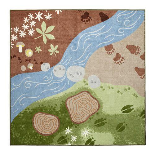 IKEA - VANDRING SPÅR, Tappeto, pelo corto, , Tappeto decorativo che raffigura la foresta: il tuo bambino userà la fantasia per seguire le tracce degli animali della serie VANDRING.Il dorso in lattice tiene fermo il tappeto anche quando il bambino corre o gioca sul tappeto stesso.