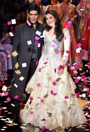 Manish Malhotra Dresses 2012-Kareena-Kapoor Howling dress ...