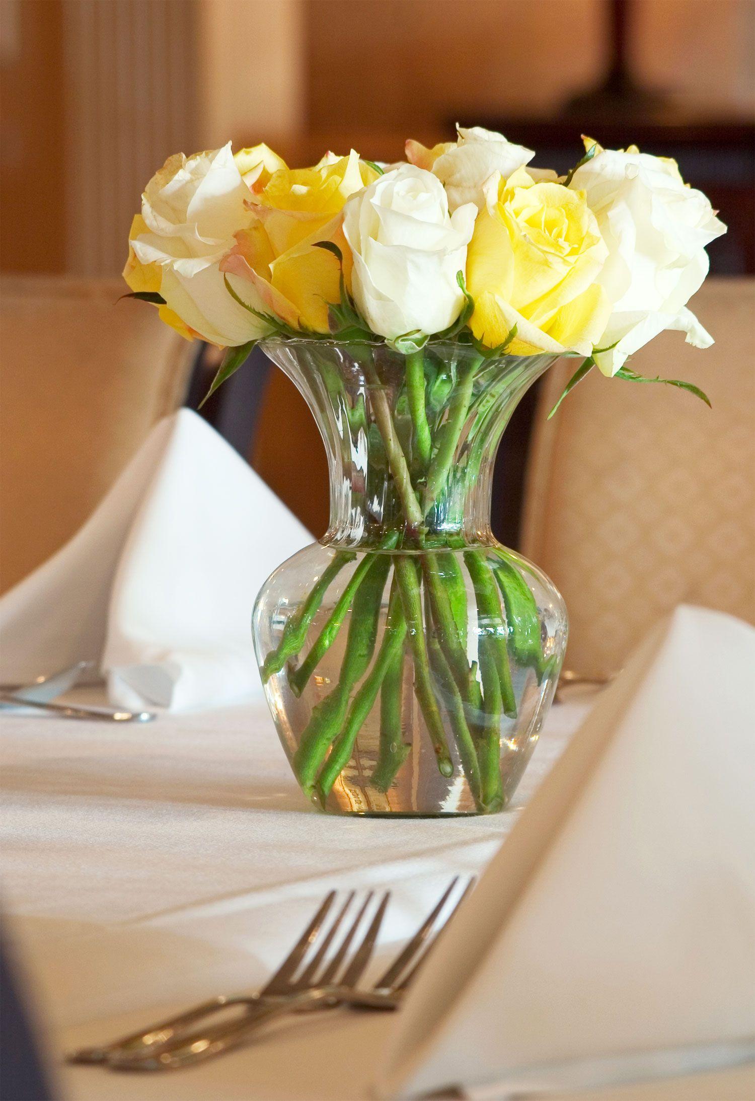 centro de mesa de jarrn con flores amarillas