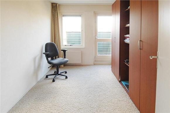 1e verdieping: overloop, 3 ruime slaapkamers, waarvan 1 met balkon ...