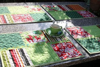 Tischsets sind die perfekte Möglichkeit, auch noch kleine Stoffstücke zu verarbeiten- um sie dann jeden Tag vor Augen zu haben. DieseSets ... #tischsetnähen