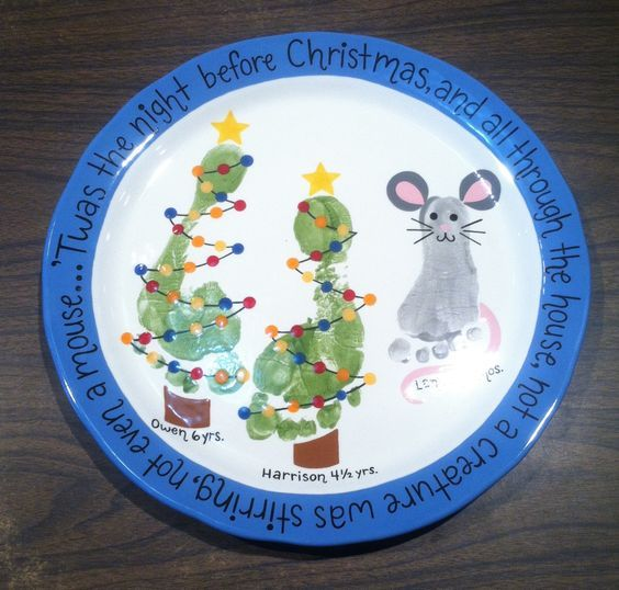 Easy And Fun Christmas Crafts For Kids - Handprint And Footprint Art #mistletoesfootprintcraft