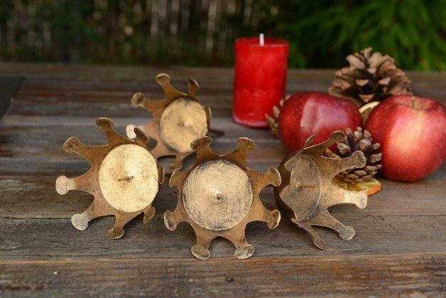 Endlich haben wir diese zauberhaften Kronen für euch gefunden. Diese Kerzenstecker verwandeln euren Adventskranz in ein königliches Schmuckstück.  Die Kronen sind im Vintage-Design...