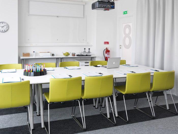 konferenzraum mit verchromten bernhard st hlen mit bezug kavat gr ngelb galant schreibtischen. Black Bedroom Furniture Sets. Home Design Ideas