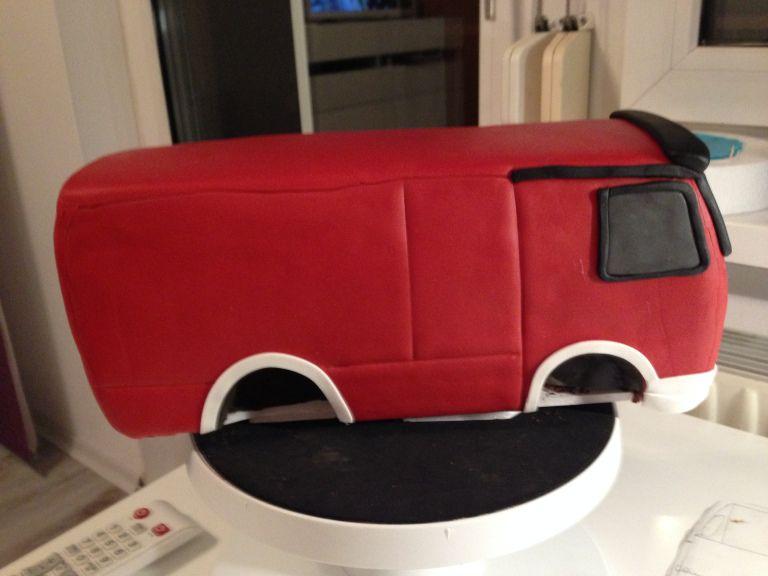 Feuerwehrtorte Mit Blaulicht Und Sirene In 2020 Feuerwehr Torte Feuerwehrauto Kuchen Feuerwehr