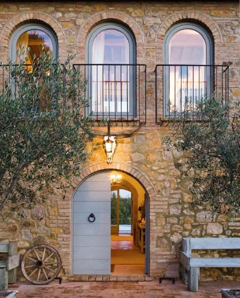 Una facciata del casale rivestito con la pietra toscana for Piani di casa in stile toscano