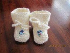 Romantische slofjes van babywol met borduursel.