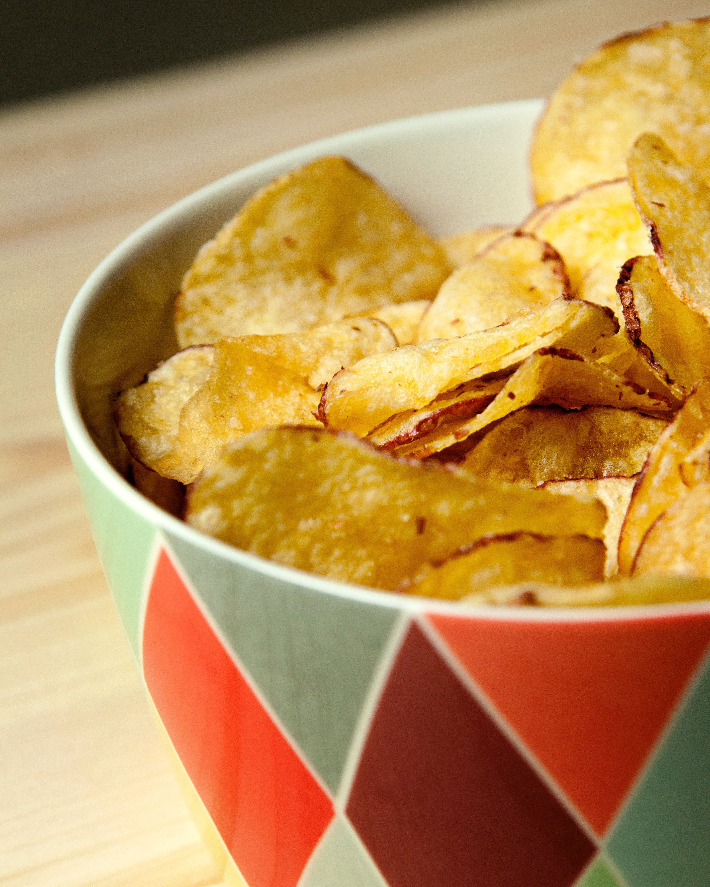 It's Chips and Dip day! But, what's the dip without the perfect chip? These 2-ingredient Lemon Pepper Microwave Potato Chips are so easy to make you'll never reach for a bag of store-bought potato chips again. You can easily customize the flavor by changing up the seasoning! We suggest using a packet of your fave ranch seasoning and serving with buffalo chicken dip. YUM! #potatowedgesselbermachen