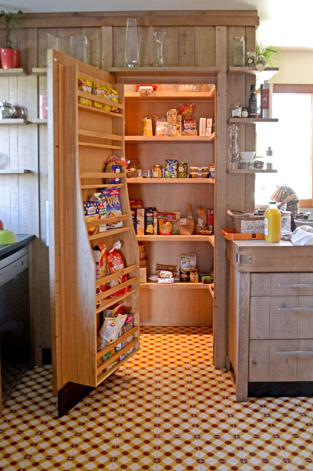 Un chaleureux atelier culinaire cuisine ch ne massif for Etagere cuisine rangement