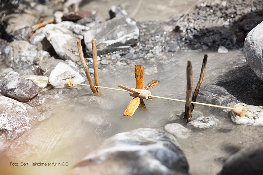 Den Fluss entlang wandern und dabei mit allem spielen, was das Wasser hergibt. Zum Beispiel ein Wasserrad bauen. Die ganze Geschichte gibt es in der Nido 09/16. Foto: Bert Heinzlmeier