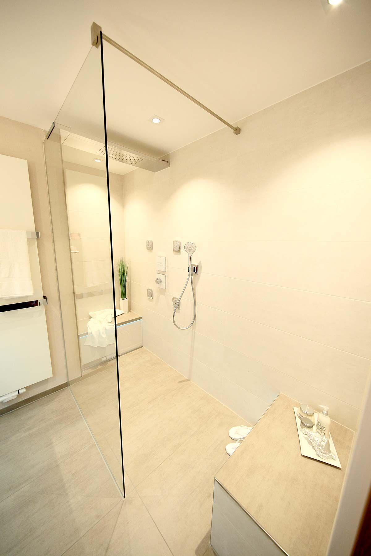 Badezimmer ideen für kinder bodenebene walkindusche mit sich gegenüberliegenden sitzbänken