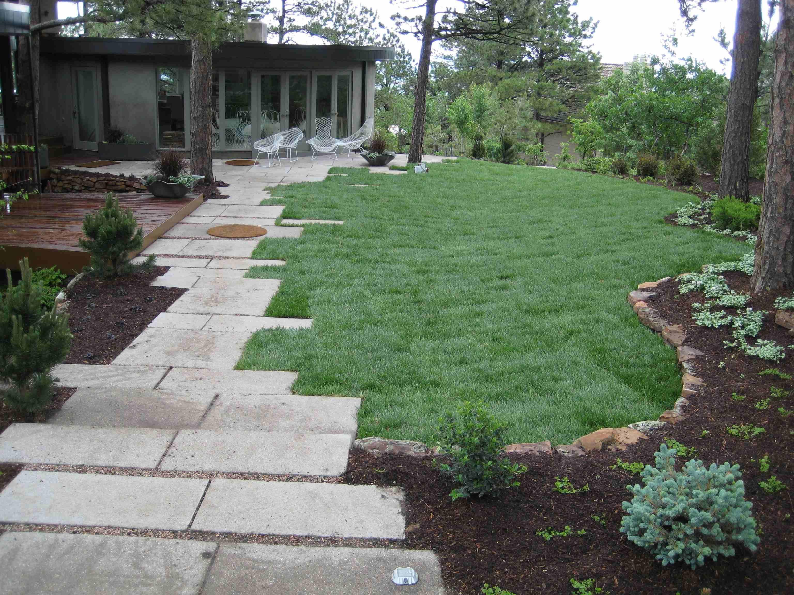 Le Petit Chemin Est Cute Front Yard Landscaping Design Front Yard Garden Design Front Yard Landscaping