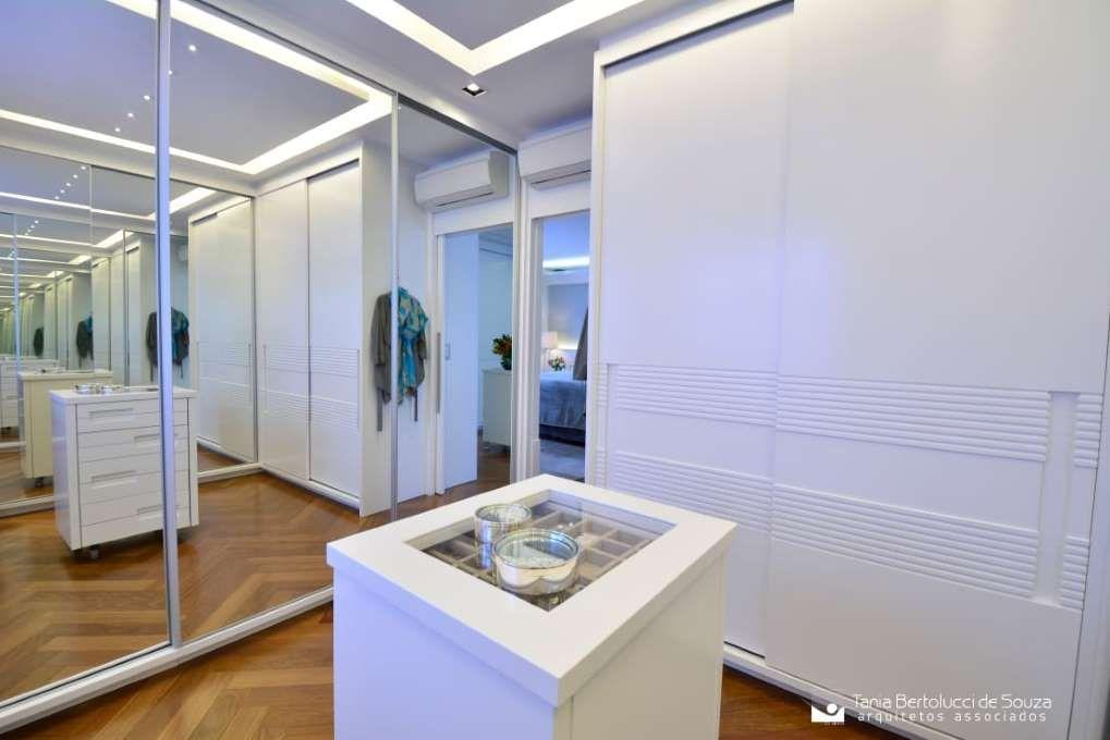 Homify / Tania Bertolucci De Souza | Arquitetos Associados: Moderne  Ankleidezimmer Von Tania Bertolucci De Souza | Arquitetos Associados