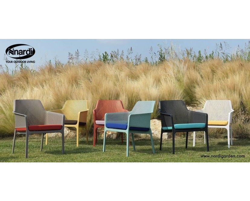 Höher, breiter, tiefer… Sitzen! Relaxen in höchster Perfektion kann man im Net Relax Outdoor Lounge Stuhl des norditalienischen Design Labels Nardi. Die tiefergelegte Variante des Net Armlehnstuhls bietet in jede Richtung mehr Platz und verhilft so auch der Entspannung zu mehr Raum. Probieren geht über Studieren, also nichts wie hineingeworfen ins entspannte Sein. Der aus einem Guss hergestellte Stuhl aus Polypropylen wird mit Glasfasern verstärkt. Durch diese Materialkombination und Stuhlbeine, die innen hohl sind, hält das Möbel hoher Belastung stand. Außerdem gleicht es Unebenheiten im Boden durch seine Flexibilität aus, ohne an Standfestigkeit zu verlieren. Zusätzlich zu der beruhigenden Form und Gestaltung der Oberfläche, werden die Betrachter durch eine sanfte Farbgebung in urlaubsnahe Stimmung versetzt. Egal ob auf der Terrasse, im Garten oder am Pool, mit ein wenig Wärme und Sonnenschein fühlt man sich in diesen Sitzmöbeln ganz schnell in südliche Gefilde und Ferienzeit versetzt. Die Stühle sind komplett durchgefärbt und UV-beständig, wodurch die leuchtenden Farben lange erhalten bleiben. Die rutschfesten Füße sorgen auch auf glattem Untergrund für einen sicheren Stand. In trendiger Mesh-Optik und modernem, mattem Finish, bringt der Net Armlehnstuhl ein Stück italienisches Lebensgefühl in Ihr zu Hause. Besonderheiten – Langlebiges, robustes Material – Stapelbar – Pflegeleicht – Wetterfest – Mit rutschfesten Beinpads versehen – Design von Raffaello Galiotto – Gleicht Unebenheiten im Boden aus, ohne an Stabilität zu verlieren