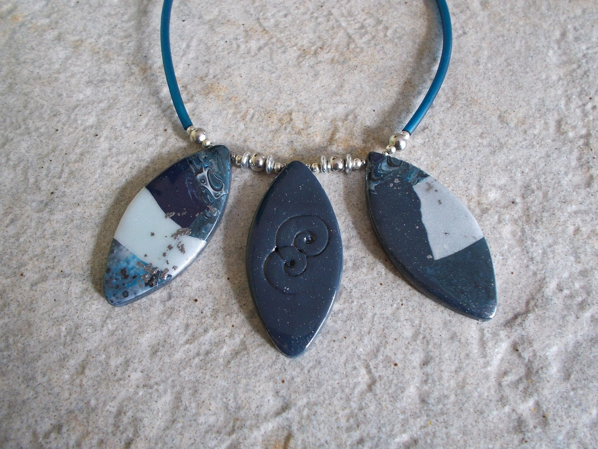 collier calissons bleus en pâte fimo polymère : Collier par elisabijoux