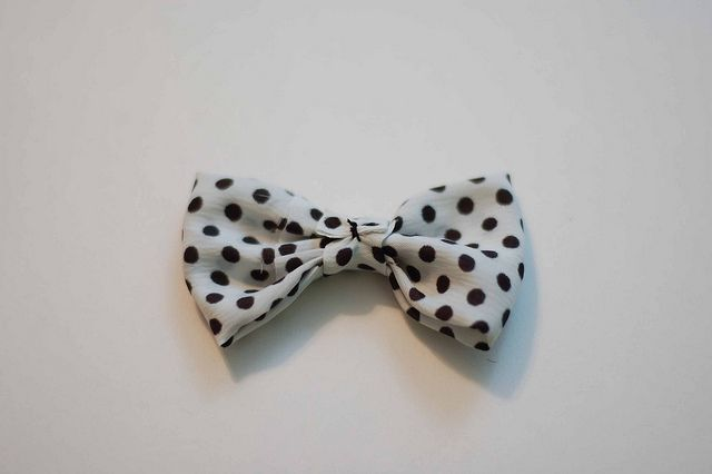 DIY Bow fabric. wonder if i could with ribbon.