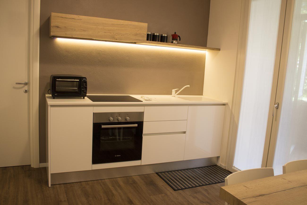 Cucina Con Base E Colonne Finitura Laccato Bianco Pensile In Legno Naturale Piano Cottura A Induzione Fo Appartamento Universitario Arredamento Appartamento