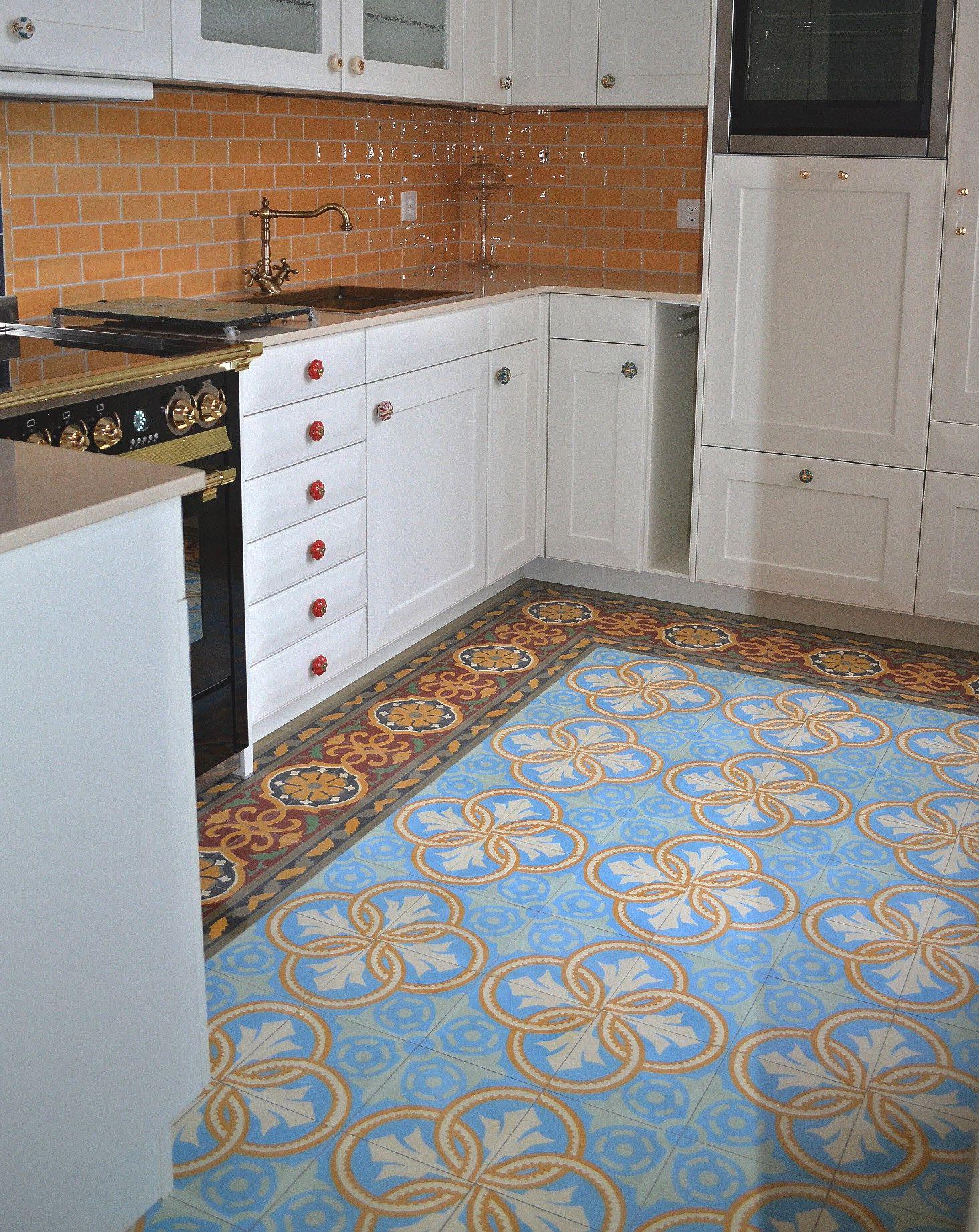farbenfroh präsentiert sich diese küche mit casa:1 #zementfliesen