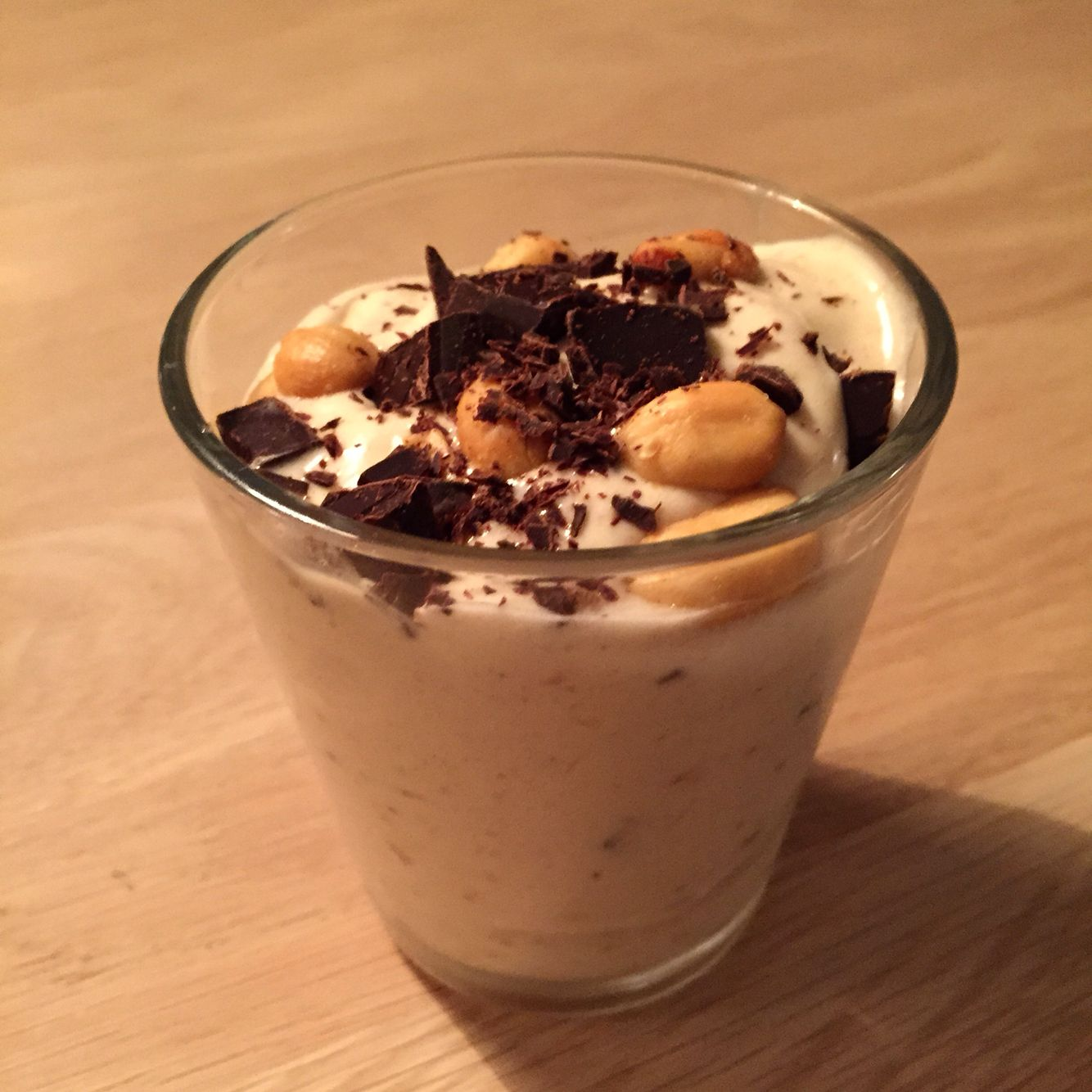 Bananis med peanutbutter.  2 frosne bananer 1 spsk peanutbutter  Lidt hakket 86% chokolade og lidt saltet peanut.  Banan stykkerne blendes, hvis det er hårdt, kan man tilføje lidt mælk. Når det har softice konsistens tilføres peanutbutter, blend.  Tilsidst rører man chokolade og peanuts i.