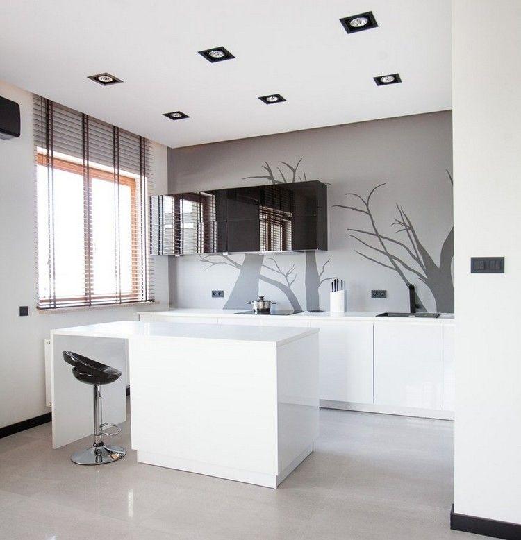 Kleine witte keuken in een strak design for Graue kuche welche fliesen